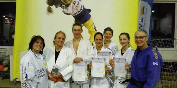 Der erste Erwachsenen-, Eltern- Judokurs hat erfolgreich die Gürtelprüfung abgelegt.